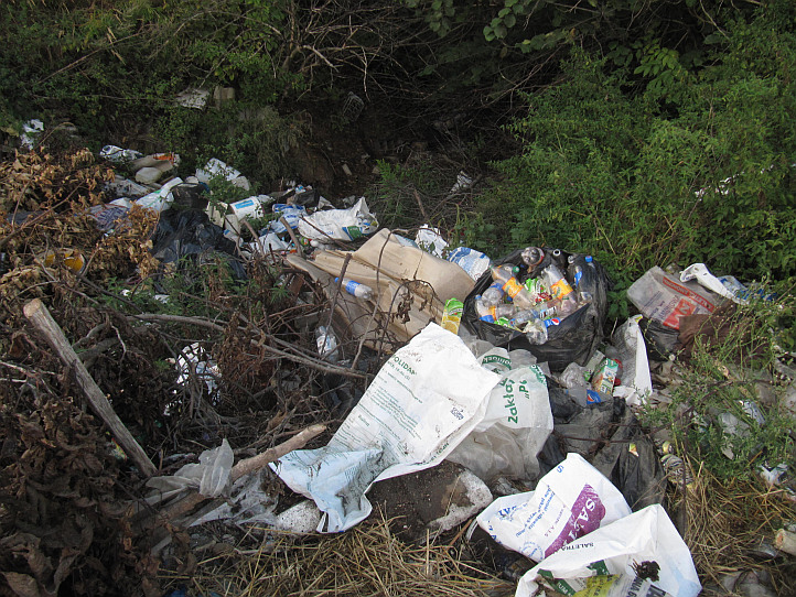 dzikie wysypisko śmieci, wąwóz lessowy