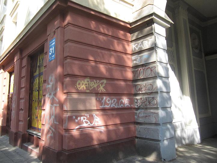 Lublin, zdewastowana elewacja, dresiarze