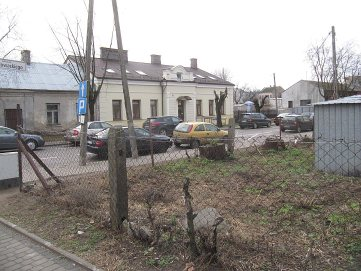 Róg Kościuszki i Słowackiego. Posesja po starym domu zabudowana garażami