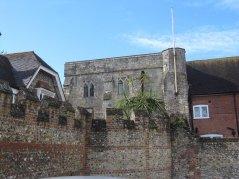 Chichester ma sporo zachowanych murów obronnych. Bramy jakieś itp.
