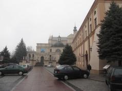 Parking przed klasztorem. Granity popękane, wszędzie auta