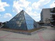 zbudowano piramidę i potem nikt o nią nie dba. Sypie się