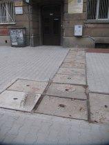"""W wielu miejscach chodniki są albo krzywe, albo ich brakuje, albo są """"wyposażone"""" w rozmaite """"udogodnienia"""" dla pieszych. Tu ciekawa instalacja artystyczna ;)"""