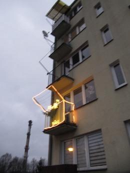 Prawie każdy balkon ma taką maszynę do wieszania gaci na widoku. Tu w wersji świątecznej