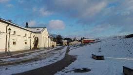 Stary arsenał i muzeum schowane w murach z prawej