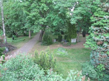 Berlin to bardzo zielone miasto. Cmentarz wyglądający jak park mnie zachwycił. U nas cmentarze to oceany lastryko i granitu oraz plastykowych kwiatów, tam oaza pięknych drzew