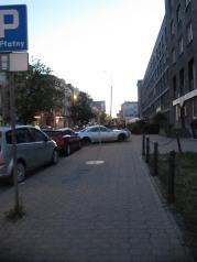 Jak widać na znaku - parkowanie równoległe. Miasto wydaje się odpuściło porządek z parkowaniem. Wolna amerykanka. To nam się odbije czkawkę kiedyś