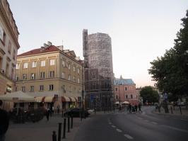 Pomysł fantastyczny. Tu dawniej stała wieża ciśnień. Została rozebrana. Na dzisiejszą noc ją odbudowano w formie rusztowania pokrytego imitacją elewacji. Robi wrażenie