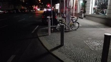 Brak parkowania na chodnikach - es gefallt mir