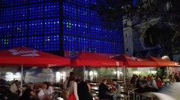 W centrum miasta budki i stragany. W sumie estetyczne i bez zadęcia można coś zjeść i wypić