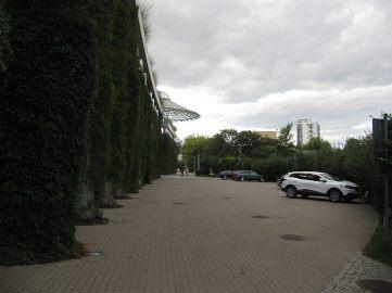 Plac to czy ulica? Wygląda na ulicę, ale jeździ się tu i parkuje