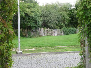 Widok z opery na stare drewniaki i ogródki