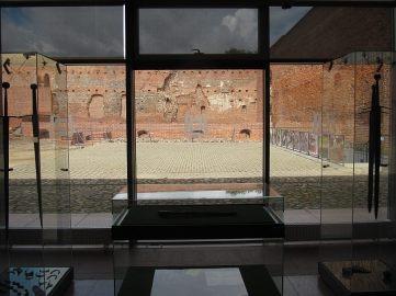 Z nowoczesnej cześci zamku fajny widok na stare mury