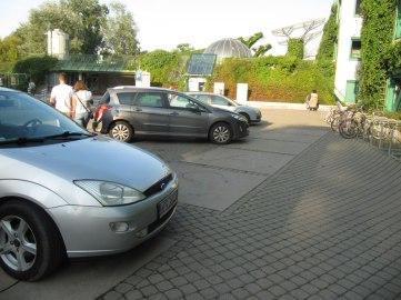 Najsłabszy fragment BUWu - samochody parkujące w wejśćiu na jakichmś napisie. Polska...