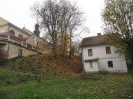 Kościół na skarpie, ładna kamieniczka chyba nmie doczeka się odnowy. stoi pusta już parę lat