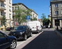 Chopina - na każdym skrzyżowaniu za znakami koniec parkingu są miejsca. Wejdzie około 10 samochodów