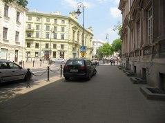 Narutowicza - wjazd przejściem dla pieszych za słupki. Co najmniej dwa miejsca