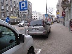 Okopowa za znakiem koniec parkingu. Na szczęście nie ma słupków (są dopiero dalej)