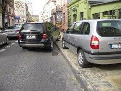 Cała prawa strona Peowiaków. Nowy chodnik ułatwia parkowanie. Jest równiej, lepiej się jeździ. Jest wąsko, więc potem trzeba iść ulicą, nie chodnikiem