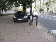 Plac Wolności/Narutowicza - przy kościele na chodniku. Wjazd przez przejście dla pieszych. Wejdą ze trzy auta