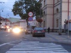 Obok ratusza na Placu Łokietka. Można przejściu dla pieszych. Można przed ratuszem na chodniku. Tam są wyznaczone dwa miejsca, ale wejdzie więcej aut