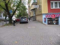 Skłodowskiej - na chodniku