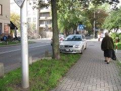 Skłodowskiej - na każdym skrzyżowaniu na chodnikach przy zebrach. Brak słupków.