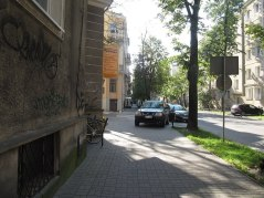 Solna, róg Chopina. Na chodniku przy urzędzie