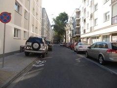 Solna. Po lewej stronie na chodniku i kontrpasie dla rowerów. Sporo miejsc, wejdzie 15 aut