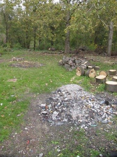 Podwórko szkolne, tu pali się śmieci