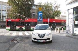 Patriotyzm lokalny na rejestracji - barwy miejskie. Miły gest towarzyszący patriotycznemu nielegalnemu parkowaniu na chodniku