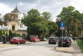 Na tych chodnikach, po obu stronach, nie ma wyznaczonych miejsc do parkowania. Promocyjne bezpłatne miejsca w płatnej strefie