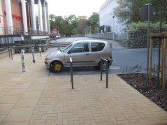 ul. Grottgera, plac do zawracania nie parkowania. Obok stoi na auto na chodniku, tam blokad nie ma