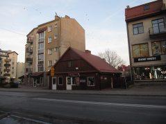 Relikt starej zabudowy. Kiedyś cała ulica składała się z takich domów. Każdy podobny do siebie, ustawione w podobny sposób