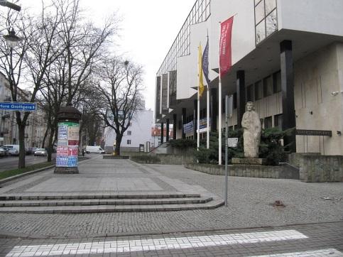 Plac przed filharmonią pusty...
