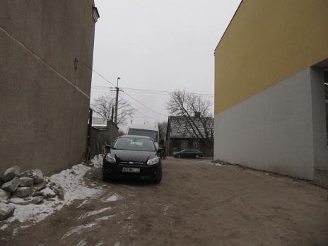 Mieczkowskiego - wyrwa po starym domu zamieniona na klepisko dla samochodów