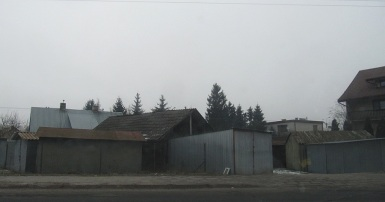 Typowy widok okolicy największego osiedla mieszkaniowego - blaszane garaże