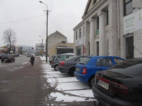 ul. Kościuszki. Samochody na chodnikach.