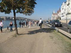 Bulwar na Dunajem, kurz, klepisko, syf do tego barierka energochłonna jak na autostradzie