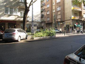 Zieleń uniemożliwia nielegalne parkowanie, odgradza od ulicy, fajne to