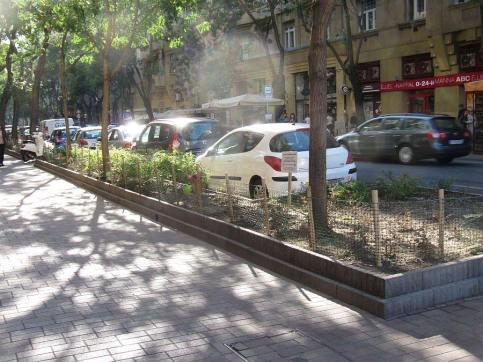 Zieleń uniemożliwia nielegalne i niepoprawne parkowanie - u nas parują na jodełkę zabierając pieszym chodniki, tu fajnie ten kwietnik wszystko organizuje