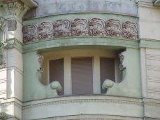 Dwie gęby patrzą komuś na balkon