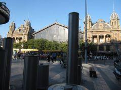 Te słupy to fontanny, spływa po nich woda, w tle dworzec Nyugati. Piękny, ale zaniedbany okrutnie