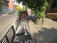 Zamiast słupków ławki, Cham nie zaparkuje na chodniku, ale też i cene miejsc do odpoczynku. Jaki chce odsłupkować Warszawę, niech fiut ławki takie stawia, bo jak nie będzie słupków to będą samochody, że nikt nie przejdzie