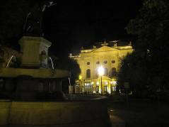 Wg mnie to, że Budapeszt jest atrakcyjny to nie tylko architektura. Sporo tu malutkich placów, skwerków, fontan. Są ławeczki, trochę zielni, jakaś knajpka i mało samochów. Budapeszt uchodzi za jedną z najpiękniejszych stolić świata. To na pewno ma spory wpływ na odbiór miasta