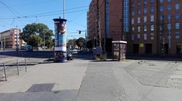 Na przystanku tramwajowym 28A i 24